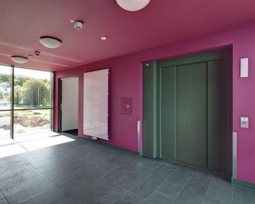 BX_Treppenhaus-Aufzug-pink